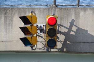 Mulți șoferi nu cunosc semnificația semaforului intermitent de dreapta