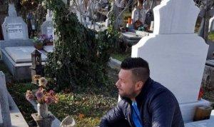 Un bucurestean a fost surprins asa in cimitir! A pus zeci de bancnote de 100 de euro pe cavou si s-a pozat
