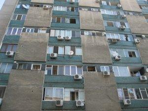 Locatoarii unui bloc din Vrancea, trebuie să îndure apa care le curge pe pereți. Lucrarea de hidroizolaţie a fost făcută de mântuială