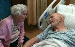 """I-a făcut o poză bunicului ei cu câteva zile înainte să moară. Când s-a uitat la imagine, a înțeles totul. De ce a primit această poză milioane de """"like""""-uri - FOTO"""
