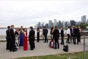 Apariția specială din această fotografie. Tinerii au fost uimiți când au văzut cine aleargă lângă ei