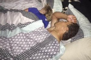 Și-a găsit iubita în pat cu un alt bărbat. Reacția șocantă a tânărului. Niciun bărbat n-a mai făcut vreodată așa ceva - FOTO