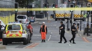Alertă în Marea Britanie! Femeie atacată în parcarea unui supermarket. Agresorul i-a tăiat gâtul