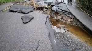 Drum devastat de şuvoaie, în Retezat. Doi turişti străini au rămas blocaţi cu maşina în munţi