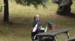 """Ce face această călugăriţă în fiecare pelerinaj. """"Am crezut că nu văd bine. Am scos telefonul să o filmez"""" - VIDEO"""