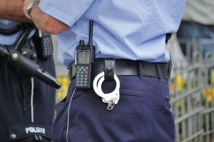 Polițistul a oprit-o și i-a cerut să coboare. Când a văzut ce făcea omul legii, femeia a luat telefonul și a început să-l înregistreze (VIDEO)