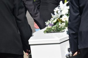 I-a cerut soției să-l îngroape cu toți banii. Ce a făcut văduva la înmormântare