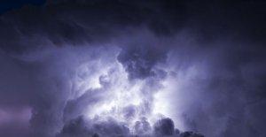 Rupere de nori în Vrancea şi Dâmboviţa. Mii de gospădării, fără curent electric în urma furtunii