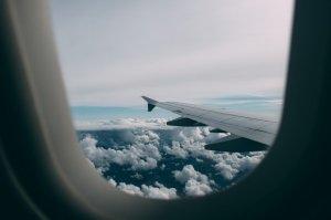 O bătrână superstițioasă a aruncat monede în motorul unui avion, pentru noroc. Ce a urmat