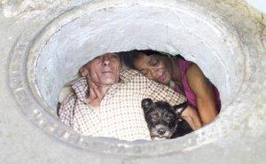 Acești oameni trăiesc de 22 de ani în canalizare. Reporterii au fost șocați când au intrat în locuința lor. Ce au văzut acolo - VIDEO