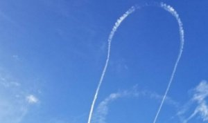 """Marina americană şi-a cerut scuze după ce un pilot a desenat asta pe cer. """"E scandalos!"""""""