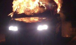 O maşină a luat foc în trafic, în centrul Capitalei. Ce s-a întâmplat cu pasagerii