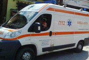 O femeie a murit, după ce ambulanţa a fost vandalizată de rude, în timpul intervenţiei