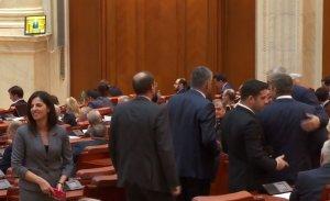 Scandal la Parlament. Social democrații au părăsit sala când moțiunea de cenzură împotriva PSD a fost citită