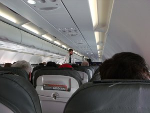 Era cu copiii în avion, când brusc a simțit că se strecoară ceva printre scaune și o prinde de sâni. Când s-a întors, a rămas îngrozită! Ce era în spatele scaunului ei