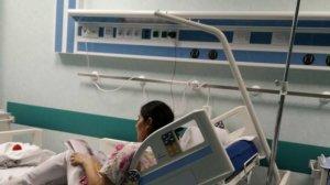 Cine este asistenta surprinsă în timp ce îi citea o poveste unei fetițe aflate pe patul de spital