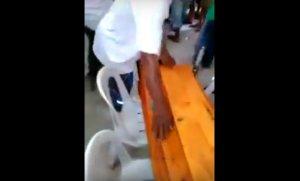 Își înmormântau fetița de trei ani, iar preotul se pregătea să îi dea ultima binecuvântare, când ceva de-a dreptul șocant s-a întâmplat. Cineva a avut curajul să scoată telefonul și să filmeze (VIDEO)