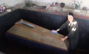De zeci de ani îşi ţine fiul mort în casă. Motivul pentru care nu şi-a îngropat copilul