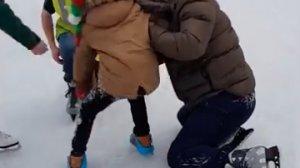 Și-a dus copilul la patinoar și au intrat amândoi pe gheață. În câteva momente angajații au venit lângă ei. Toată lumea se uita - Ce se întâmplase de fapt