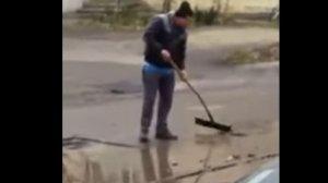 """Culmea lui Dorel: A asfaltat o baltă. Unde s-a întâmplat """"minunea"""" (VIDEO)"""