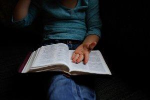 Caz șocant într-o școală din România! Un băiat de 12 ani a fost violat în curtea școlii de către trei colegi