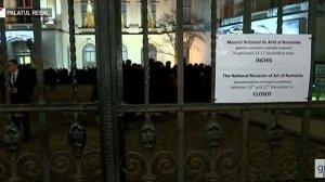 Porțile Palatului Regal s-au închis în jurul orei 24.00. Sute de români au venit să-și ia rămas bun de la Regele Mihai