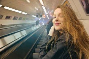 """Un bărbat s-a apropiat de ea la metrou și i-a spus: """"Am 28 de ani și sunt din București. Până acum n-am avut nicio iubită..."""". Este uluitor ce s-a întâmplat"""