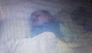 Laura și-a dus bebelușul la culcare, apoi s-a retras în camera ei. Când s-a uitat pe camerele de supraveghere, a încremenit. Era lângă micuț, în pățut, și se mișca