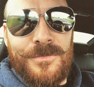 Și-a făcut un selfie la volan și acum poliția îl caută în toată țara. Ce au văzut oamenii legii în ochelarii bărbatului - FOTO