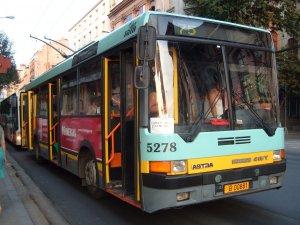 S-a urcat într-o seară în troleibuzul 75, dar în scurt timp a înțeles că ceva nu este în regulă. Deși era singură, a simțit un miros îngrozitor. A intrat în panică. Este înfiorător ce a urmat