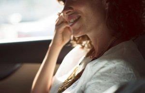 Mergea la muncă, când o mașină a oprit lângă ea, iar bărbatul de la volan i-a dat un bilet. Când l-a citit, a împietrit. Nu i-a venit să creadă că este posibil așa ceva