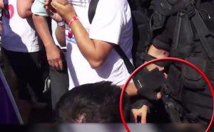 Imaginile care aduc adevărul la suprafață. Un protestatar, surprins cu mâna pe arma jandarmului, la protestul din Piața Victoriei