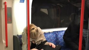 """Se ducea la serviciu când a adormit în metrou. Când s-a trezit, fata a descoperit că i s-a întâmplat ceva cumplit. """"Doamne, este îngrozitor"""". Cineva a făcut o poză (FOTO)"""