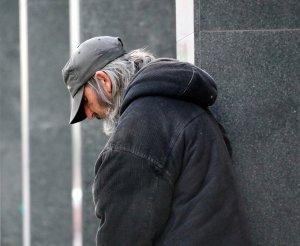 """S-a apropiat de un om al străzii și i-a spus să se ducă să servească prânzul pentru că a plătit pentru el. Sărmanul s-a îndreptat spre local și le-a șoptit ceva angajaților. Au refuzat instant să-i mai dea să mănânce. """"Nu crezi că este posibil așa ceva!"""""""