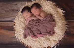 Două gemene s-au născut la 87 de zile distanță una față de cealaltă. Cum a fost posibil