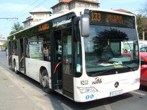 Se afla la o oră de vârf în autobuzul 133, când șoferul a oprit mașina la o trecere de pietoni și a pus-o pe avarii. Ce a urmat este de-a dreptul uluitor