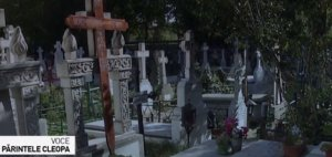 Un bărbat care dormea într-un cimitir din Huși a auzit zgomote ciudate venind dintr-un mormânt. S-a dus la preot și i-a spus, dar l-a crezut nebun. Cum zgomotele continuau, acesta a cerut iar ajutor. Înfiorător ce au găsit acolo (VIDEO)