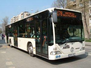 """Într-un autobuz 178 extrem de aglomerat, o femeie îl ceartă pe un domn: """"Nu mai împingeți, nu vedeți că am un copil cu mine"""". Replica bărbatului i-a făcut pe toți să râdă"""