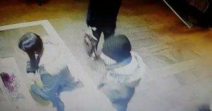 Făcea cumpărături la un magazin de la metroul din București, când un bărbat s-a apropiat de ea. A durat doar o secundă. Nici măcar nu și-a dat seama ce i s-a întâmplat. Totul a fost surprins de o cameră de supraveghere (VIDEO)