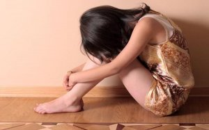 O adolescentă de 16 ani a ieşit, noaptea, la geamul unui apartament din Oradea strigând că este sechestrată. Ce au descoperit poliţiştii care au intervenit