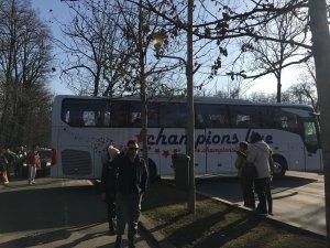 El este bărbatul care a rămas blocat sub un autocar în București