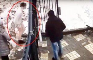 Bărbatul o așteptase pe eleva de 14 ani în lift. I-a rupt hainele de pe ea și a atacat-o cu violență. După agresiune, bărbatul pe jumătate dezbrăcat a fost surprins de o cameră de filmat (VIDEO)