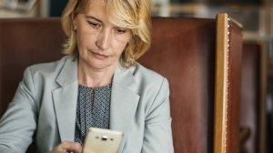 """""""Sunt căsătorită de 30 de ani, dar într-o zi am primit un mesaj șocant pe telefon de la soțul meu. Nu-mi vine să cred! Nu pot să-mi revin!"""""""