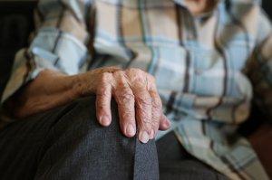 """O bătrână din Satu Mare s-a prezentat la spital cu burta umflată. Când medicii s-au uitat ce are, au rămas șocați. """"E o minune!"""""""
