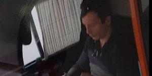 Mihai era în tramvaiul 91 din București, când a văzut că șoferul făcea ceva bizar. Avea ambele mâini ocupate și totuși conducea. Când a înțeles cu ce se ocupa de fapt șoferul în timpul cursei, Mihai a scos telefonul și a filmat totul VIDEO