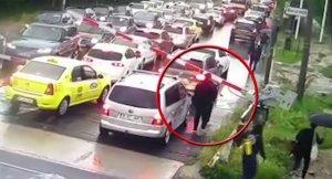 """Trenuri blocate după ce un bărbat a ridicat bariera de la Petricani. Directorul CFR Infrastructură: """"Nu e normal. Duce la oprirea circulației"""""""