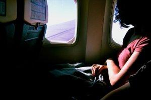 Voia să ia neapărat lecții de zbor și a fost tare fericită, când un prieten de-al mamei sale, milionar, s-a oferit să o ajute. La înălțime în zbor, bărbatul a pus avionul pe pilot automat și i-a arătat ce trebuie să facă. Mama tinerei a descoperit tot