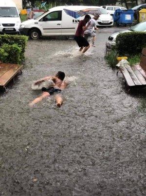 Mihai era pe o stradă din Pitești, în plină furtună, când a văzut ceva năucitor mișcându-se prin apă: Doamne, nu am mai pomenit așa ceva! FOTO