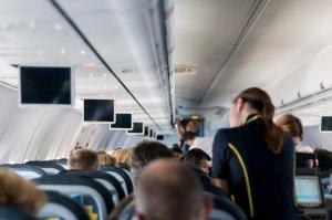 Clipe de groază într-un avion. Turbulențele au aruncat o stewardesă în plafonul aeronavei