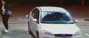 """Angajatului unei benzinării i s-a părut că s-a întâmplat ceva ciudat afară și a verificat camerele de supraveghere. """"Nu crezi că e posibil așa ceva până nu vezi!"""" Imaginile au devenit în scurt timp virale (VIDEO)"""